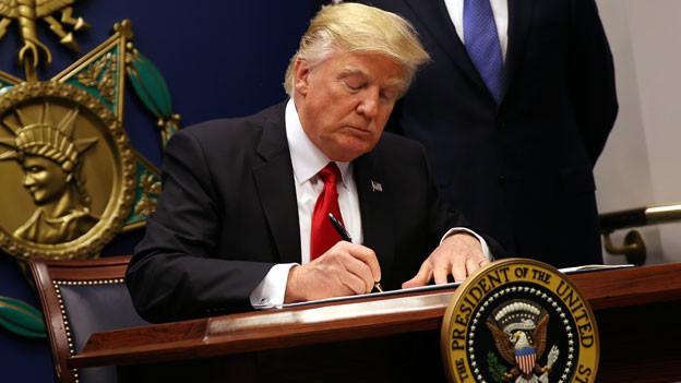 US-Präsident beim Unterzeichnen des Dekrets.