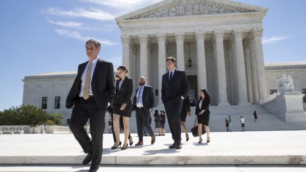 Menschen verlassen den Supreme Court in Washington, dem Obersten Gerichtshof der USA.