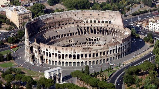 Zu sehen ist das Kolosseum in Rom, eines der berühmtesten Kulturgüter Italiens.