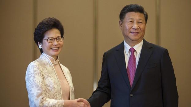 Chinas Präsident Xi Jingping mit der neuen Hongkonger Regierungschefin Carrie Lam.