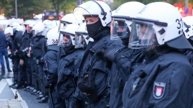 Polizisten überall in Hamburg