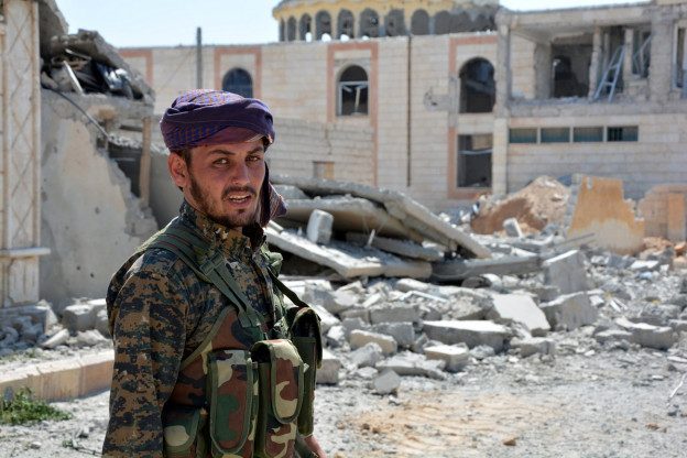 Ein Soldat der Syrischen Demokratischen Kräfte in der umkämpften IS-Hochburg Rakka: Die IS erleidet massive Niederlagen, viele Kämpfer werden nach Europa zurückkehren.