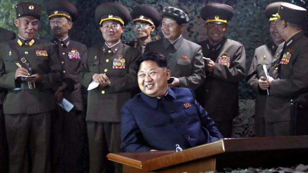 Kim Jong Un im Kreise ranghoher nordkoreanischer Militärs. Dieses Bild wurde im Juni 2015 von einem nordkoreanischen Parteiblatt publiziert.