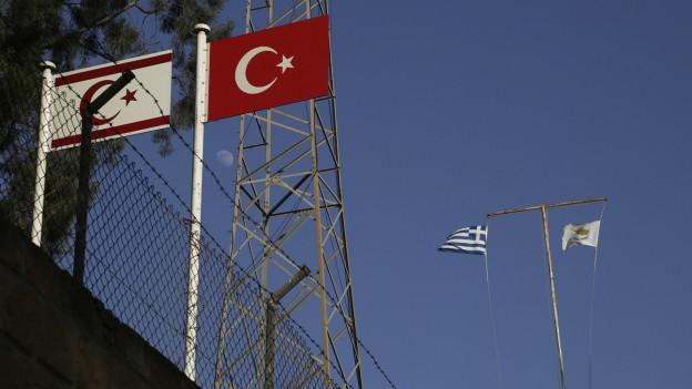 Fahnen an einem verlassenen Militärposten der geteilten Stadt Nikosia – rechts jene der Türkei und der türkischen Zyprioten, links jene Zyperns und der Zyperngriechen.