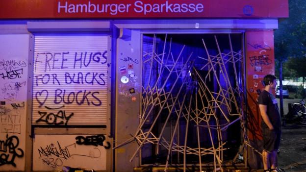 Krawall in Hamburg: Zu sehen ist die zerstörte Fassade einer Bank.
