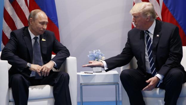 US-Präsident Trump und Russlands Präsident Putin sitzen sich bei einem Treffen beim G20-Gipfel Anfang Juli in Hamburg gegenüber.