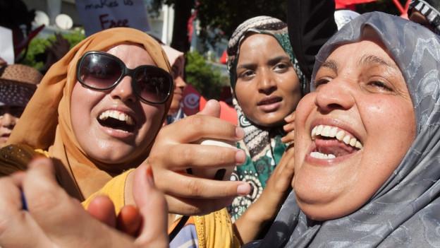 Drei tunesische Frauen freuen sich