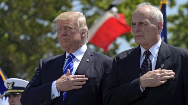 US-Präsident Donald Trump und der neue Stabschef John Kelly beim Anhören der Nationalhymne mit der rechten Hand auf der linken Brust.