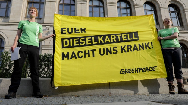 Greenpeace-Aktivisten protestieren in Berlin vor dem Bundesverkehrsministerium.