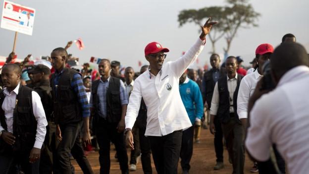 Im Bild zu sehen ist der ruandische Präsident Paul Kagame an einer Wahlveranstaltung