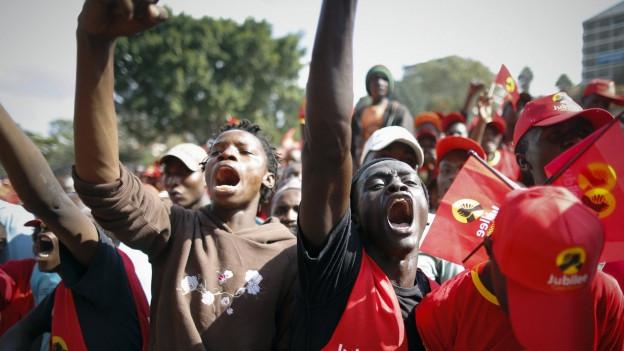 In Kenia feiern Anhänger des Amtsinhabers Uhuru Kenyatta ihren Kandidaten für die Wahl zum Staatspräsident.