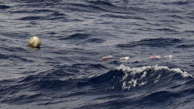 Eine Boie markiert im Wasser, wo ein Boot mit Flüchtlingen war (Symbolbild)