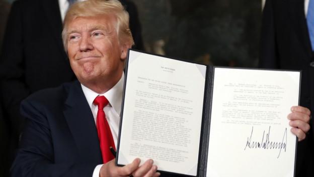 Trump mit dem unterschriebenen Erlass in der Hand.