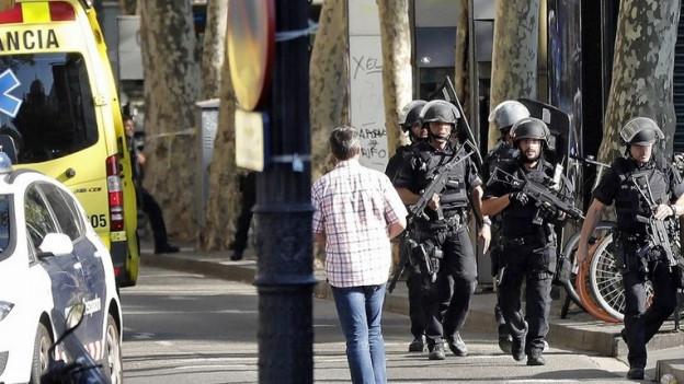 Schwerbewaffnete Polizisten sind im Einsatz.