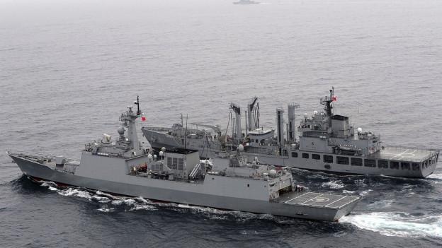 Im Bild zu sehen sind zwei Militärschiffe bei einem Manöver vor der koreanischen Halbinsel