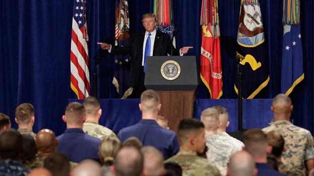 US-Präsident Donald Trump spricht zu Soldaten.