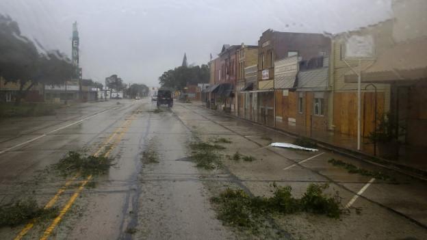 Tropensturm Harvey hat in der texanischen Stadt Houston grosse Schäden hinterlassen. Äste und Schilder liegen auf dem Boden, das Wetter ist trübe. Die nächsten Tage wird es weiter regnen.
