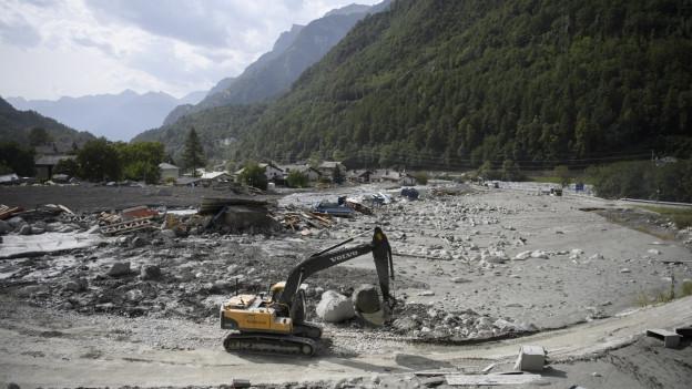 Auf dem Bild zu sehen sind verschüttete Häuser durch einen Felssturz und eine Schlammlawine
