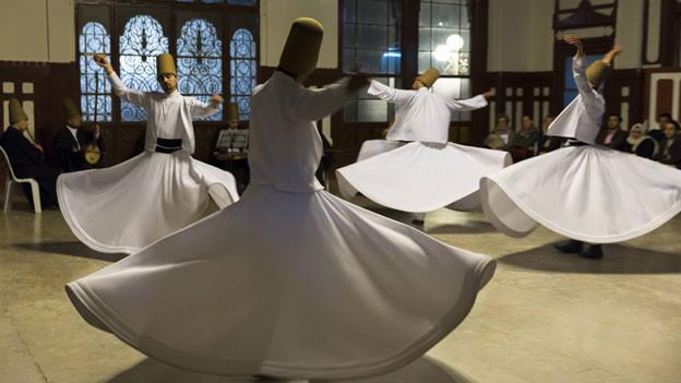 Tanzende Derwische aus dem sufistischen Mevlevi-Orden bei einer Zeremonie.