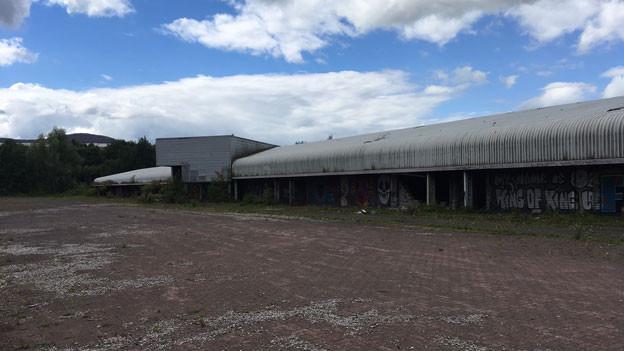 Vergammelter Hangar bei Newry. Bevor die Grenze verschwand, wurden hier Lastwagen durchsucht.