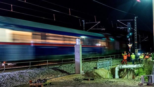 Ein Zug fährt im dunkeln.