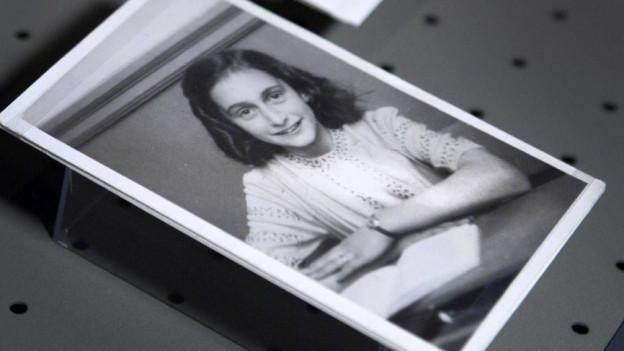 Ein altes schwarz,weiss Bild von Anne Frank