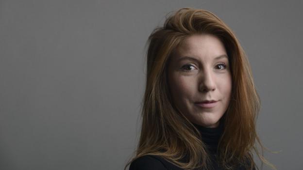 Ein Porträtbild zeigt eine Frau mit rötlichen Haaren.