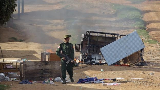 Ein Soldat der burmesischen Armee nach Unruhen in der Stadt Lashio