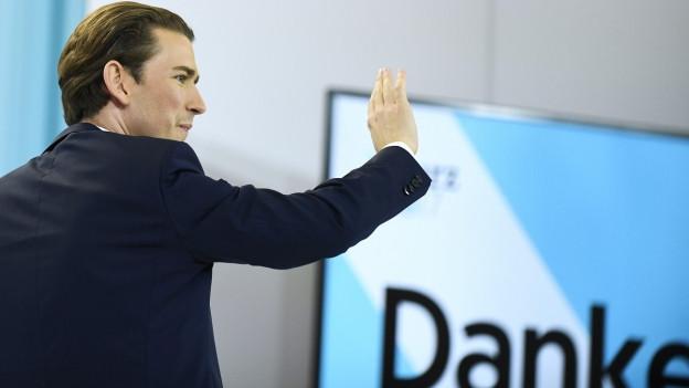 Österreichs Wahlsieger Sebastian Kurz winkt vor einem Danke-Plakat.
