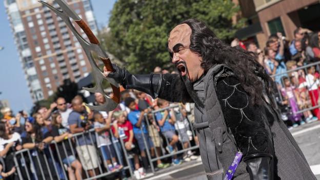 Ein Mann, der sich als Klingon verkleidet hat für eine Strassenparade.