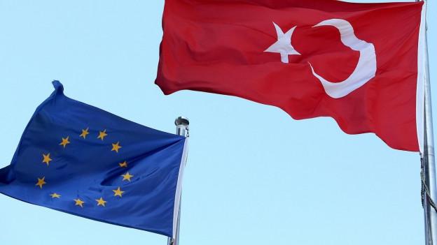 Links die EU-Flagge, rechts die türkische, sie wehen im Wind.