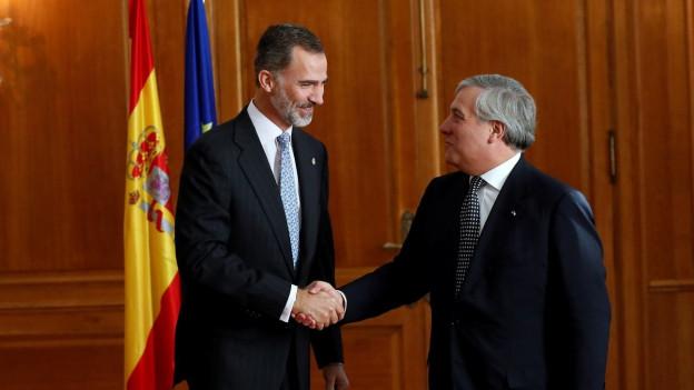 Der spanische König Felipe und EU-Ratspräsident Antonio Tajani schütteln sich die Hände.