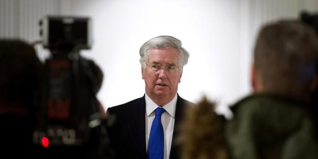 Auf dem Bild zu sehen ist der britische Verteidigungsminister Michael Fellon zu sehen der vor den Medien steht