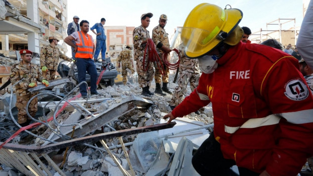 Menschen suchen unter Trümmer nach Überlebenden.