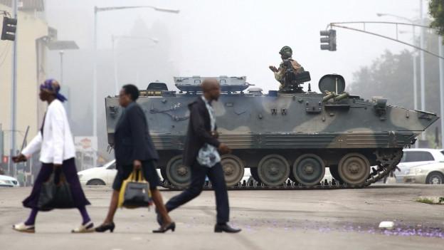 Das Bild zeigt, wie ein Militärpanzer in den Strassen von Simbabwes Hauptstadt Harare patrouilliert.