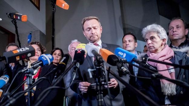 Christian Lindner, Chef der deutschen FDP, steht vor vielen Mikrofonen. Er sprach am Sonntagabend über den Abbruch der Sondierungsgespräche zur Regierungsbildung zwischen CDU/CSU, Grünen und FDP.