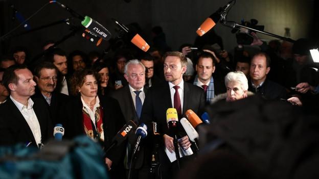 Auf dem Bild zu sehen ist FDP-Chef Christian Lindern der vor Medienschaffenden spricht