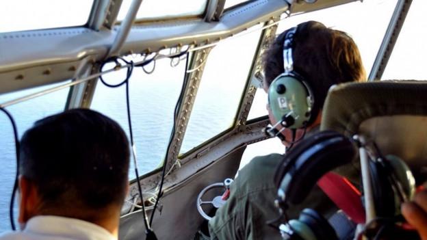 Das Bild zeigt Armeeangehörige bei der Suche nach dem vermissten U-Boot