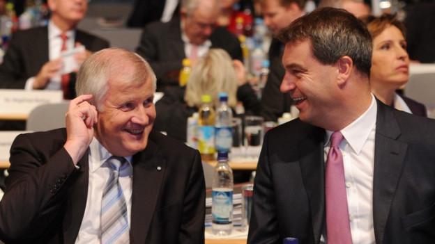 Das Bild zeigt CSU-Präsident Horst Seehofer und seinen ewigen Rivalen Markus Söder.