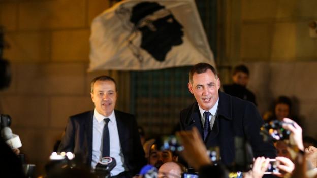 Auf dem Bild zu sehen ist der Führer der Nationalisten, Gilles Simeoni, der nach dem Wahlsieg vor den Medien spricht.