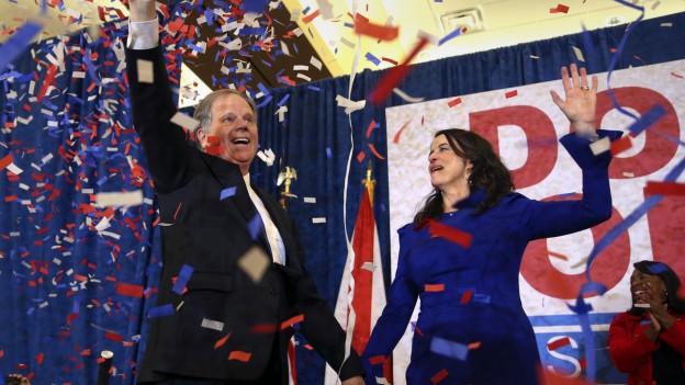 Der Demokrat Doug Jones jubelt mit seiner Frau im Konfettiregen.