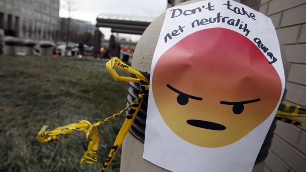 Ein Plakat mit Wut-Emojy rund dem Text: «Nehmt die Netzneutralität nicht weg»