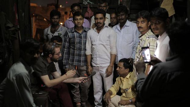 SRF Südasien-Korrespondent Thomas Gutersohn im Gespräch mit indischen Arbeitern.