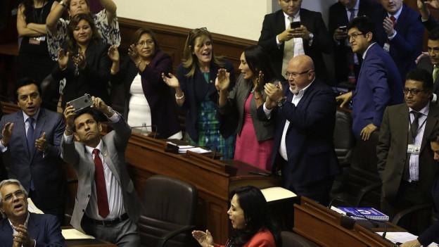 Menschen applaudieren, als die Entscheidung fiel, dass der peruanische Präsident nicht abgesetzt wurde.