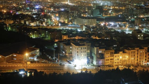 Das Bild zeigt ein Panorama der nächtlichen iranischen Hauptstadt Teheran.