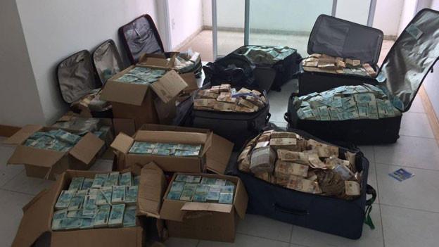 Im Haus eines Politikers entdeckt die Polizei bei einer Durchsuchung kistenweise Bargeld.