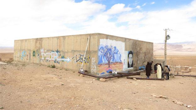 Der Konflikt um Wasser schwelt im Süden Marokkos seit Jahren. Auf dem Mont Ablan halten Aktivisten seit 2011 ein Wasserreservoir besetzt. Ihr Vorwurf an die Betreibergesellschaft der grössten Silbermine Afrikas: Das Bergwerk entziehe der Landwirtschaft Wasser; die Abfälle belasten die Umwelt.