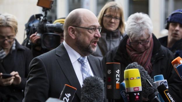 Martin Schulz wird von den Medien zu den Verhandlungen in Deutschland befragt.