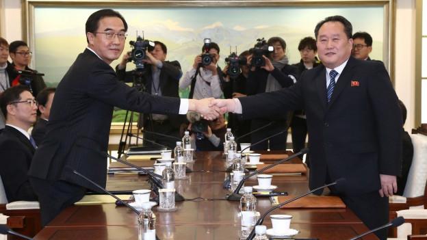 Das Bild zeigt je einen Vertreter Nord- und Südkoreas bei Gesprächen in der Grenzstadt Panmunjom.