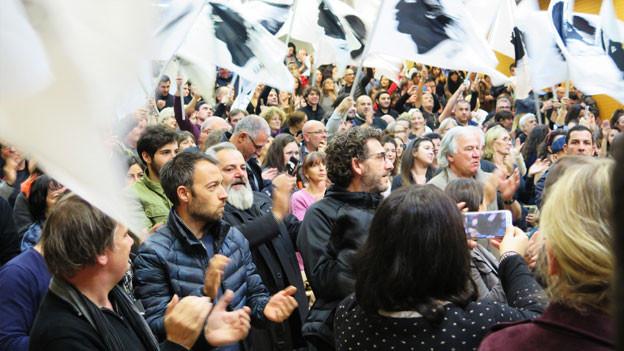 Parteiversammlung der Nationalisten an der Universität Corte im Dezember 2018. Die Nationalisten nehmen für sich in Anspruch, die Politik der Insel grundlegend zu erneuern. Von der französischen Regierung fordern sie Verhandlungen für mehr Autonomie.
